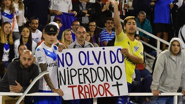 Deberá pasar 45 días sin ir a la cancha a ver a Vélez por haber colgado una bandera en contra de Mauro Zárate