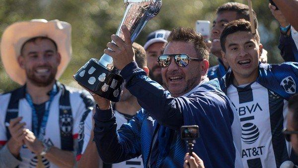 """La alegría de Antonio Mohamed en el regreso a Monterrey tras ganar la liga de México: """"¡Aquí está la copa, carajo!"""""""