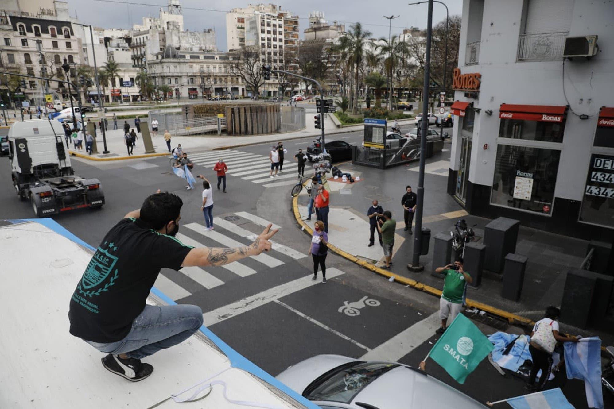 Día de la Lealtad. Camioneros y otros gremios se desmarcan del acto virtual y encabezan una caravana en el centro porteño