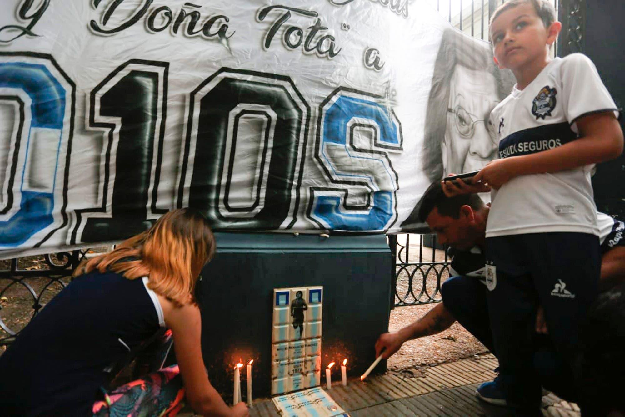 Murió Diego Maradona: en Gimnasia de La Plata, lo despidieron con un altar, velas, flores y cánticos