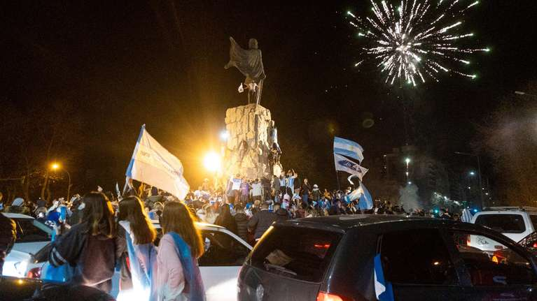 la-seleccion-argentina-hizo-que-la-gente-se-olvide-de-la-pandemia:-una-multitud-copo-el-obelisco-y-los-festejos-se-replican-en-el-resto-del-pais